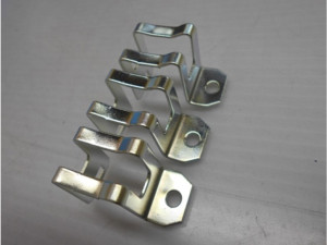 固定金具部品の亜鉛メッキ3価有色クロメート加工事例